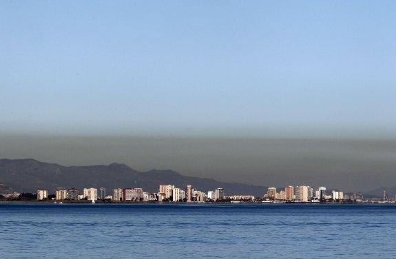 Comunidad Valenciana.Valencia.08/01/2012.Capa de contaminacion atmosferica sobre la bahia del Golfo de Valencia.Fotografia de Jesus Signes .
